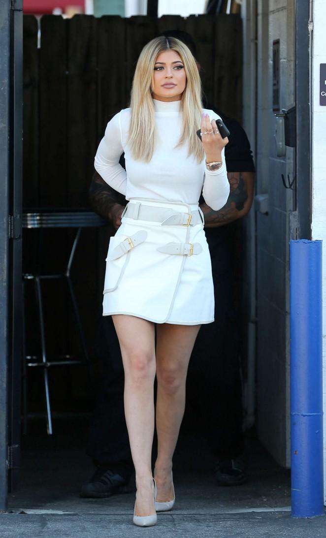 Kylie-Jenner-leggy-in-Mini-Skirt-07-662×1093