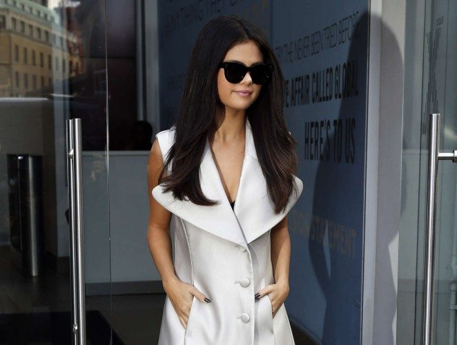 Selena-Gomez-at-Capital-Radio-Studios-07-662×993