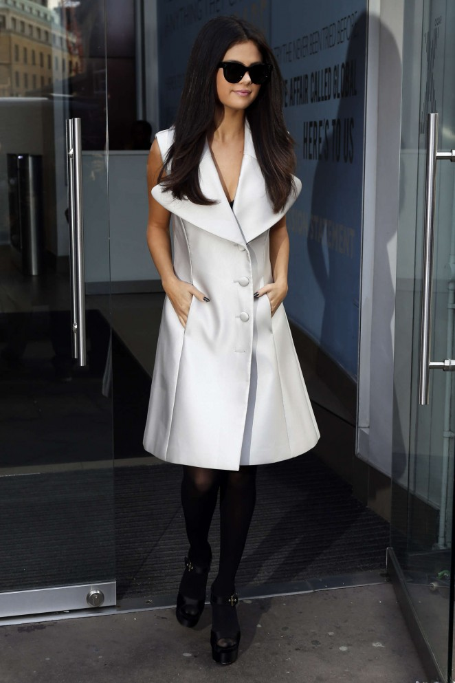 Selena-Gomez-at-Capital-Radio-Studios-07-662×993