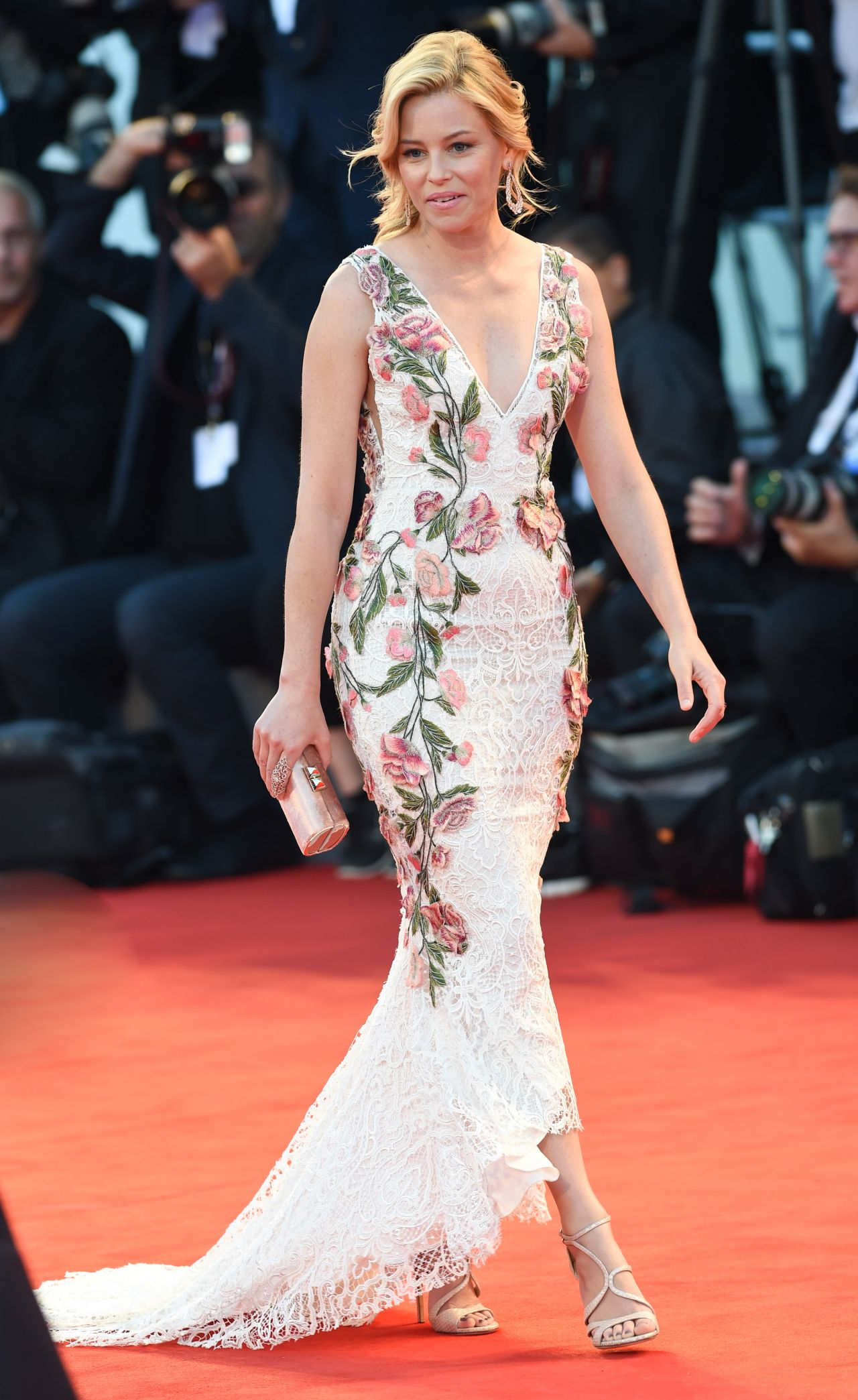 elizabeth-banks-a-bigger-splash-premiere-in-venice-italy_4