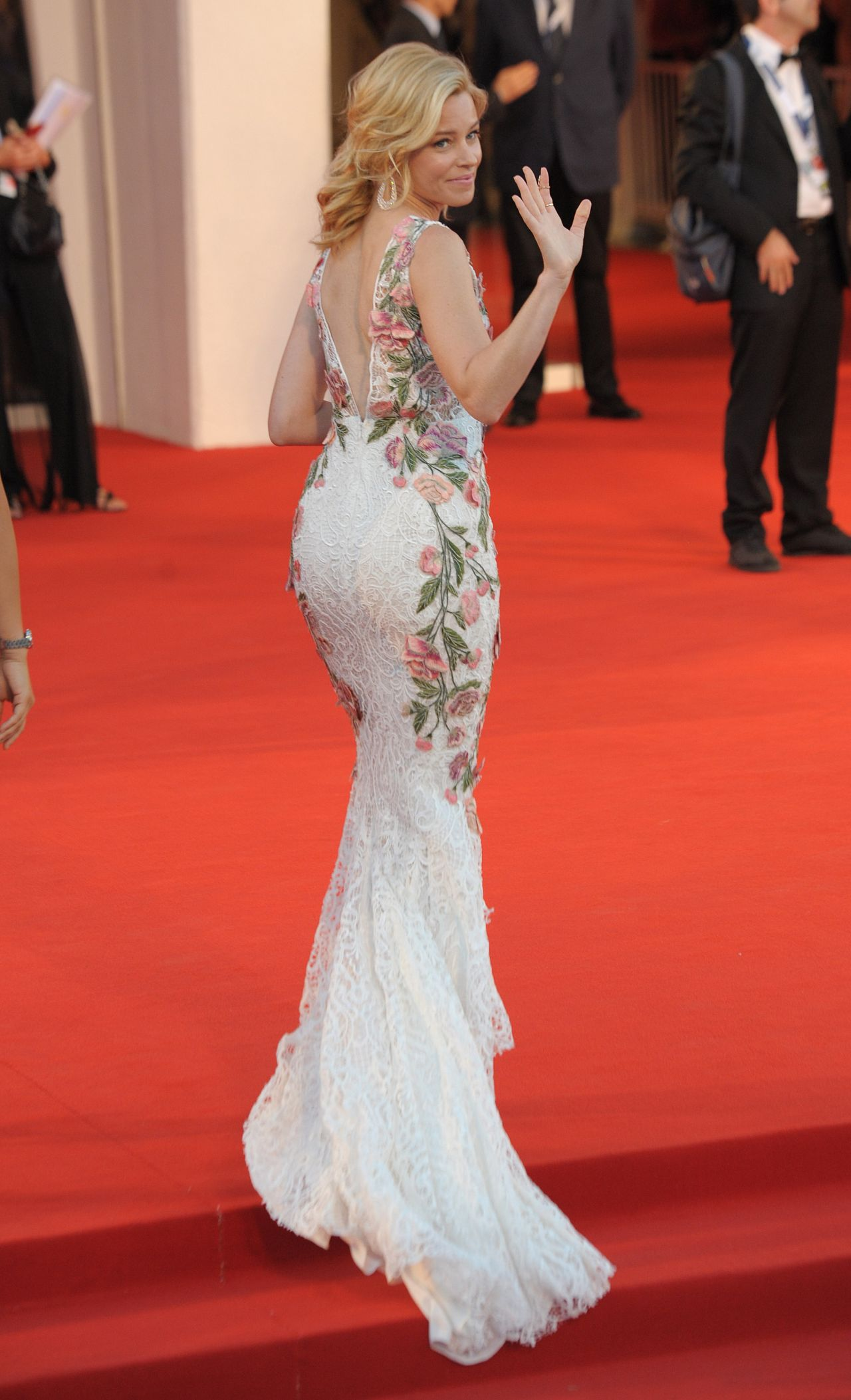 elizabeth-banks-a-bigger-splash-premiere-in-venice-italy_8