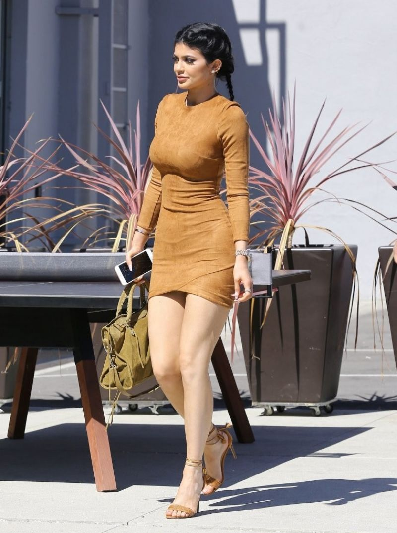 kylie-jenner-flaunts-her-curves-in-skin-tight-dress-going-to-smashbox-studios-in-culver-city-september-2015_9
