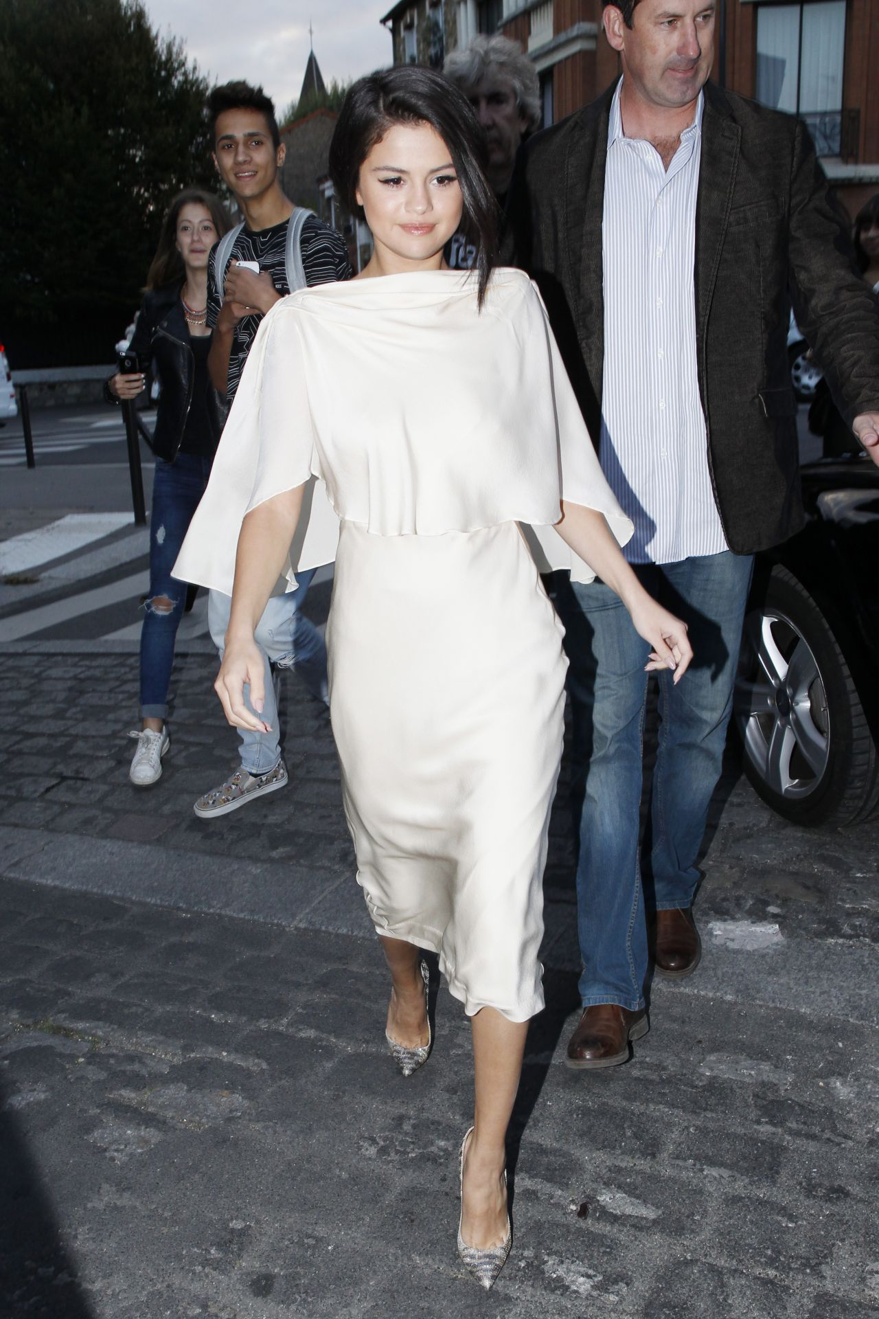 selena-gomez-in-white-dress-leaving-a-recording-studio-in-paris-september-2015_11