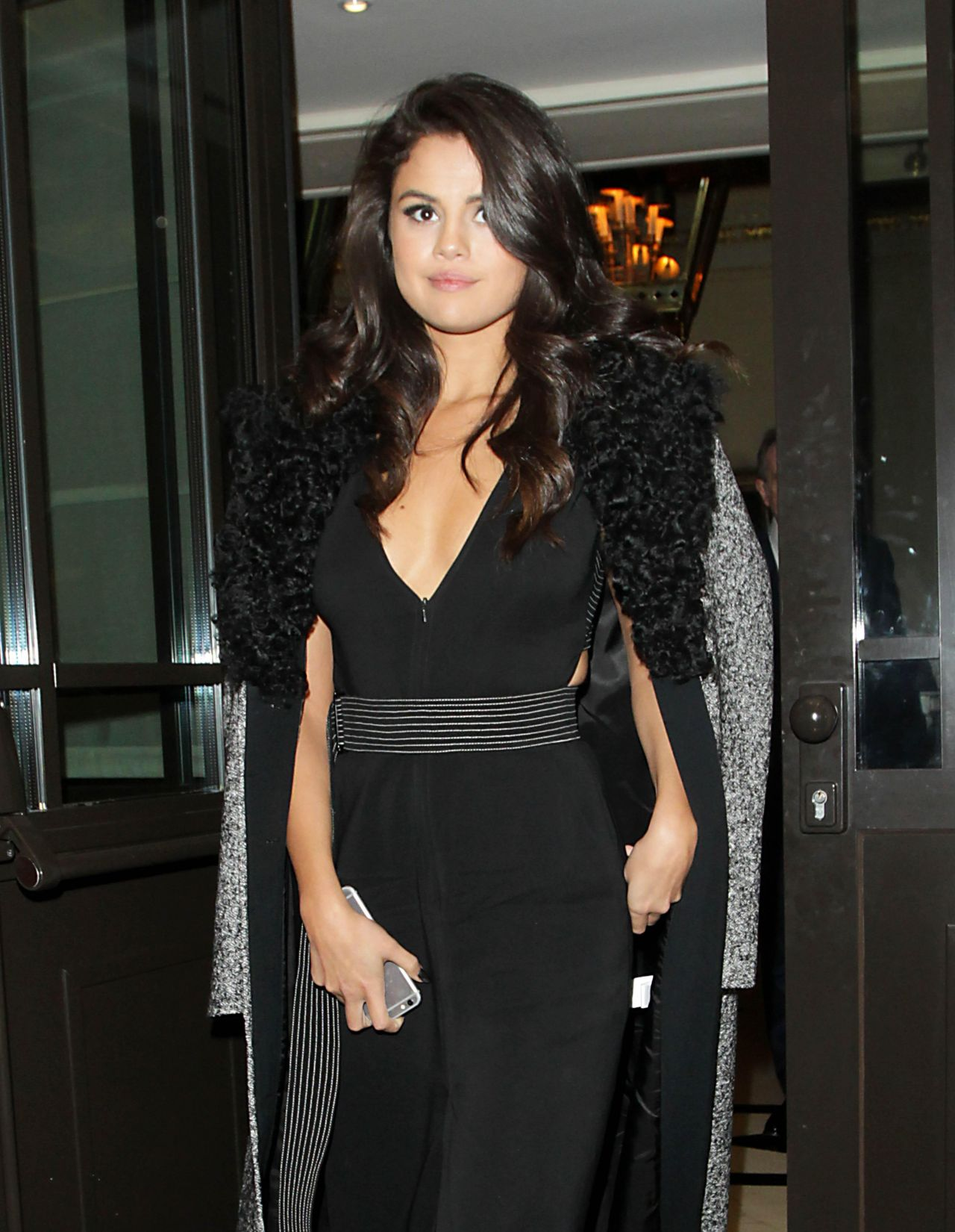 selena-gomez-leaving-the-dorchester-hotel-in-london-september-2015_5