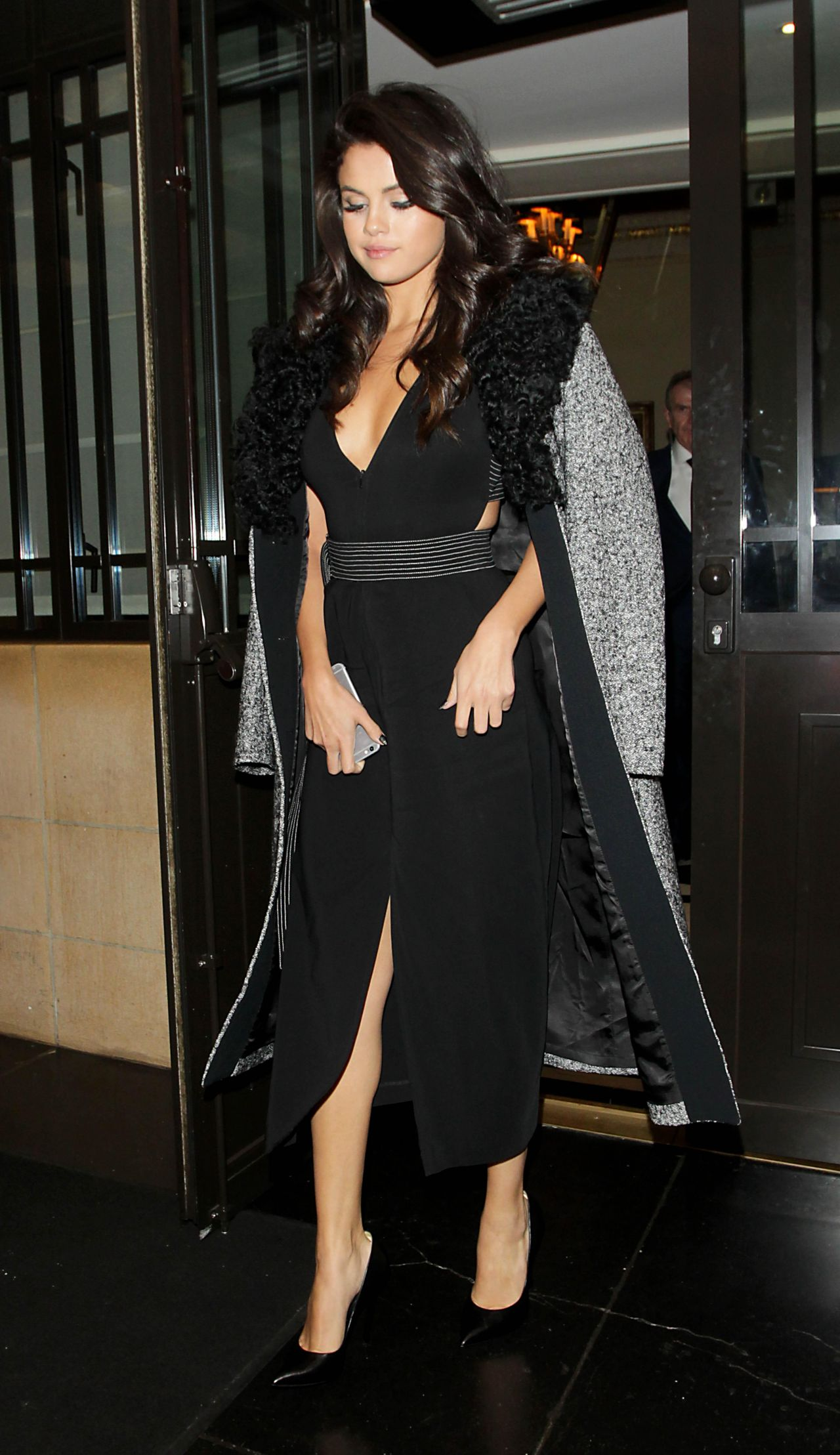 selena-gomez-leaving-the-dorchester-hotel-in-london-september-2015_6