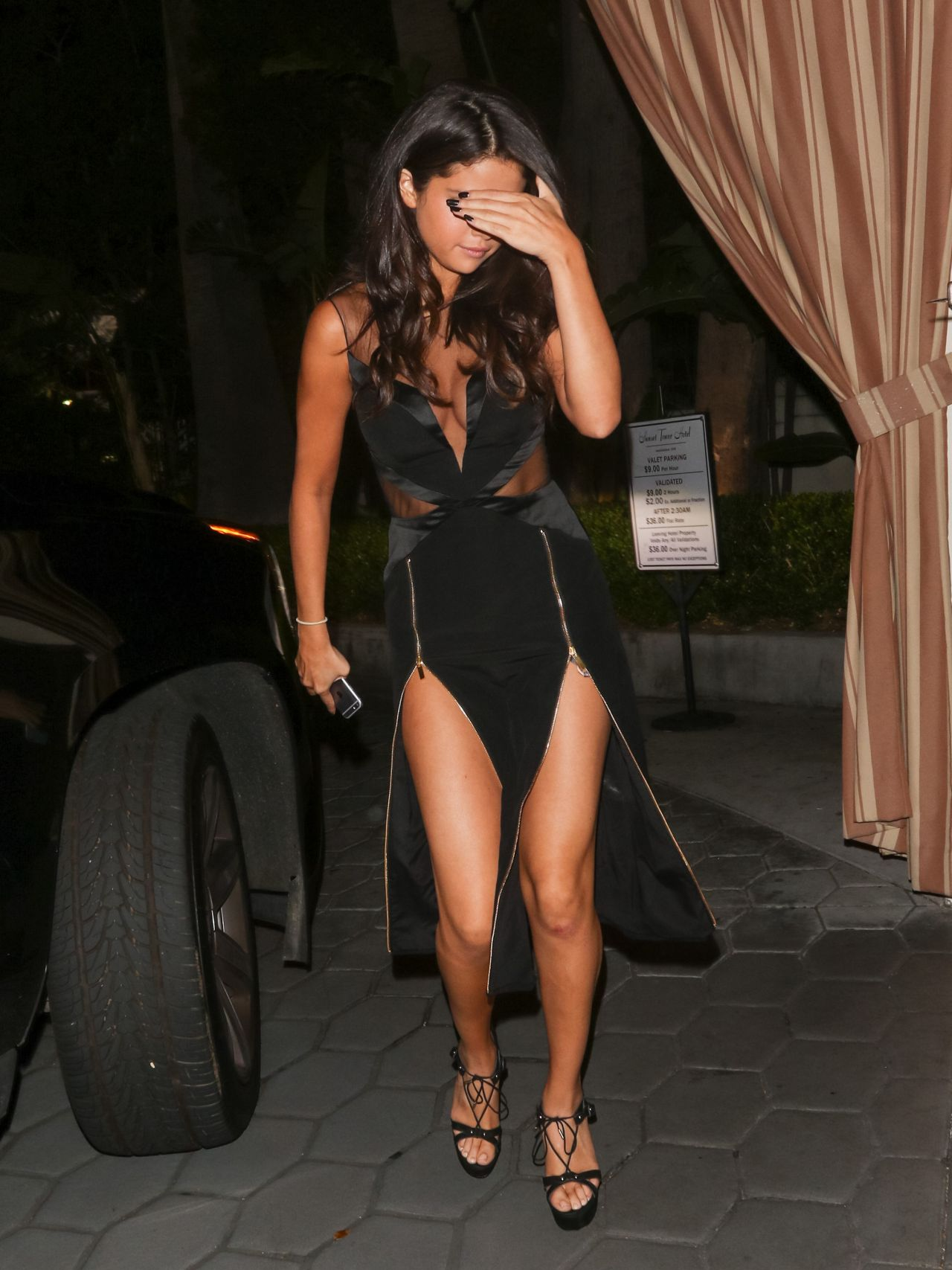 selena-gomez-leggy-entering-sunset-tower-hotel-la-august-2015_2