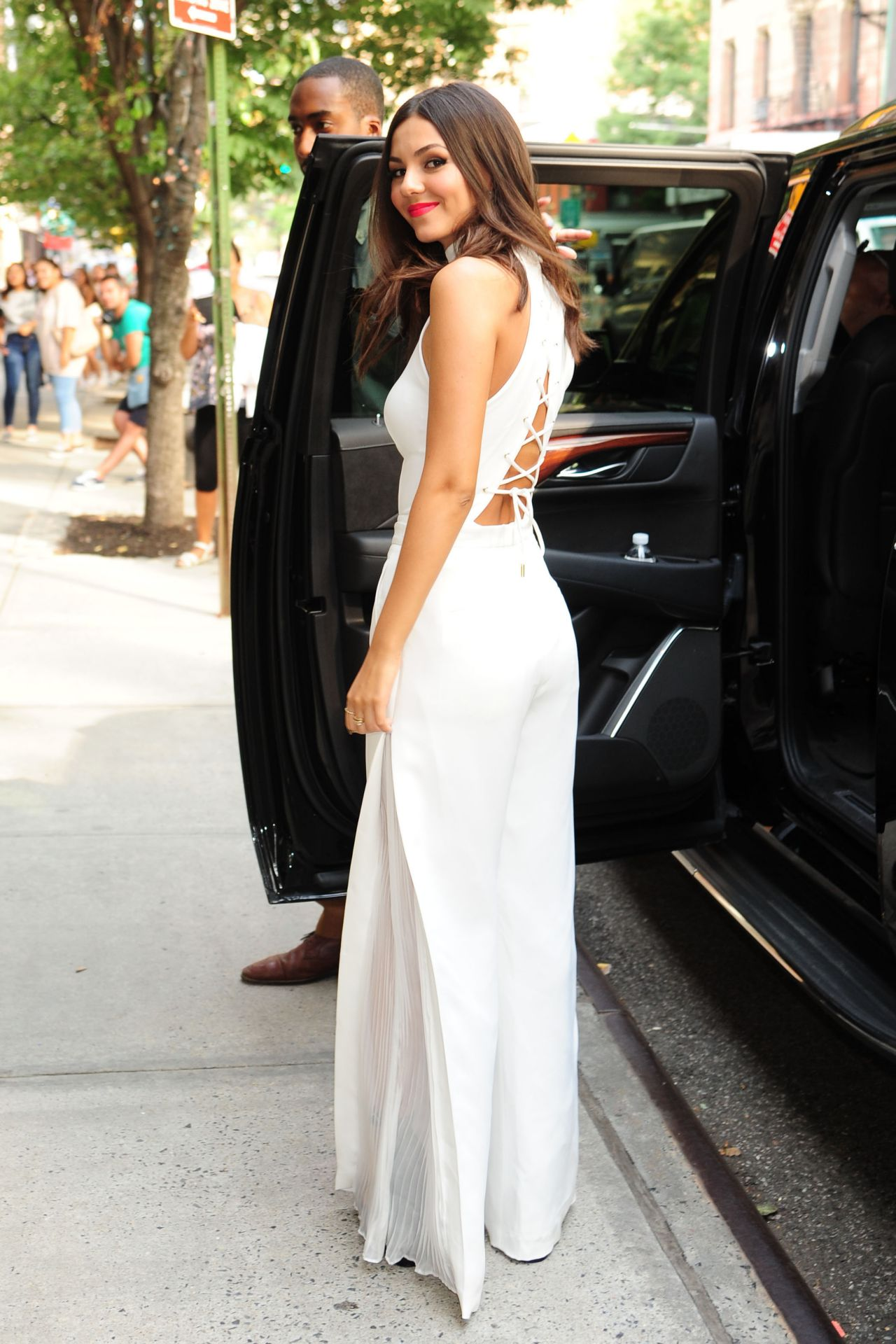 victoria-justice-visits-the-tonight-show-starring-jimmy-fallon-august-2015_8