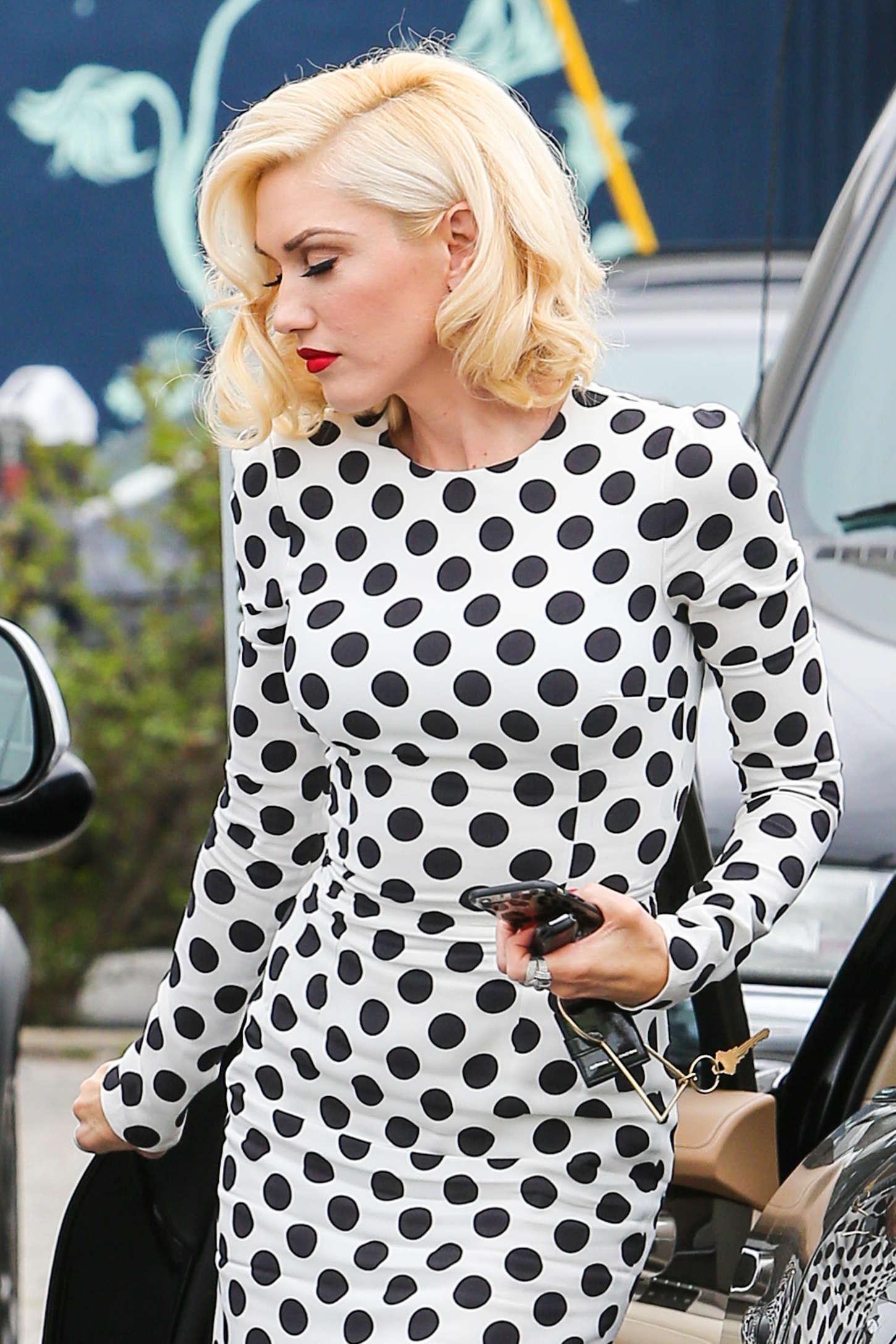 Gwen-Stefani-in-Long-Dress--02