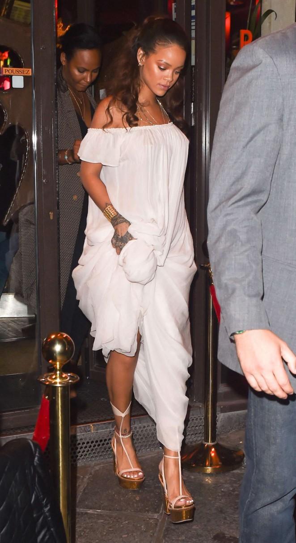 Rihanna--Leaving-a-bar--08-662x1214