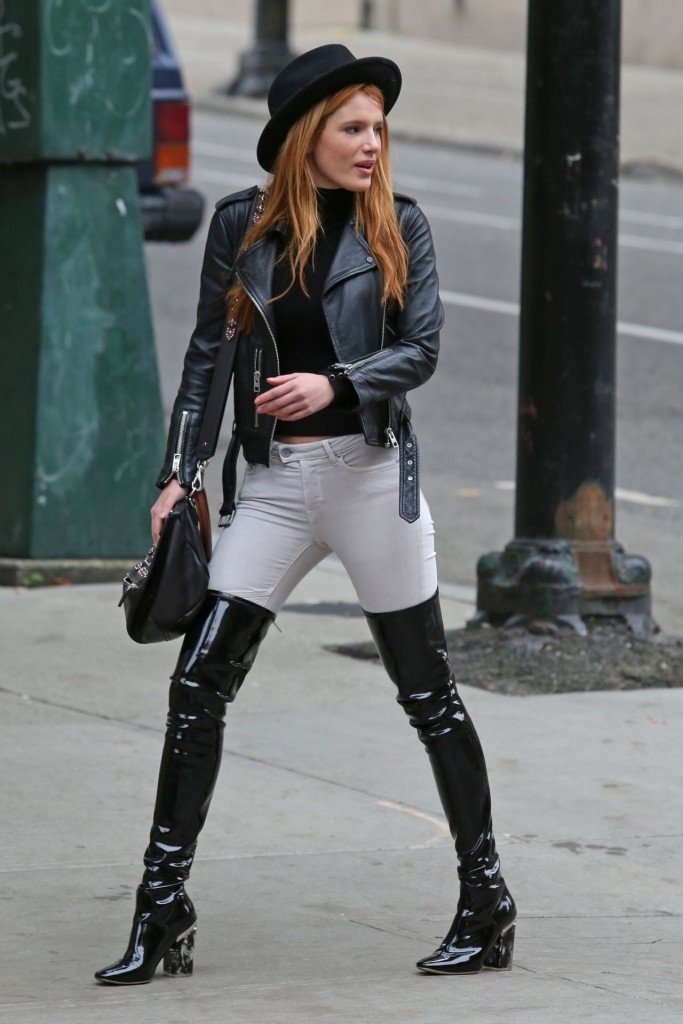 bella-thorne-hot-in-jeans-vancouver-october-2015_2