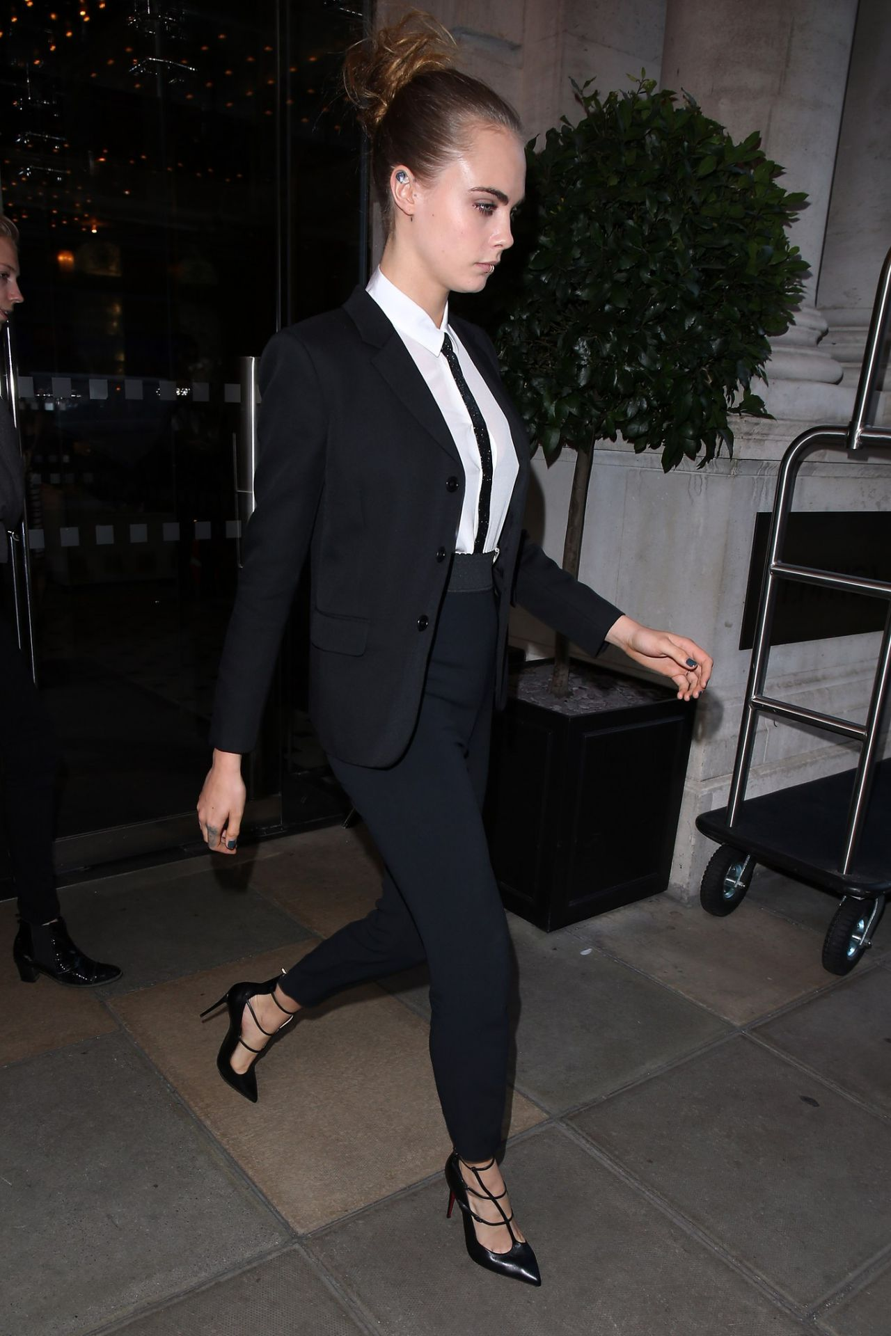 cara-delevingne-leaving-a-hotel-in-london-october-2015_2