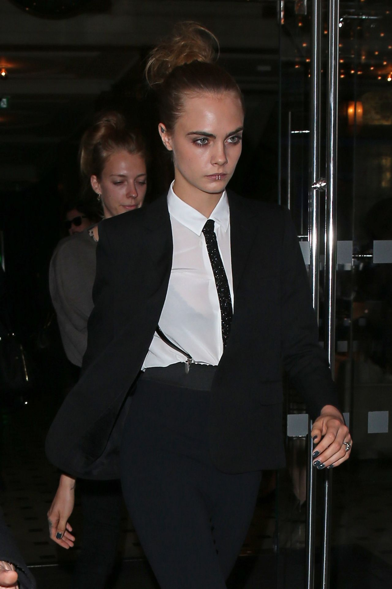 cara-delevingne-leaving-a-hotel-in-london-october-2015_4