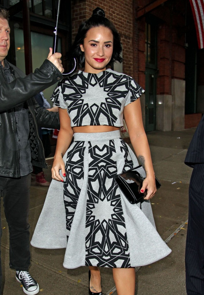 demi-lovato-leaving-her-htel-in-nyc-october-2015_10-1