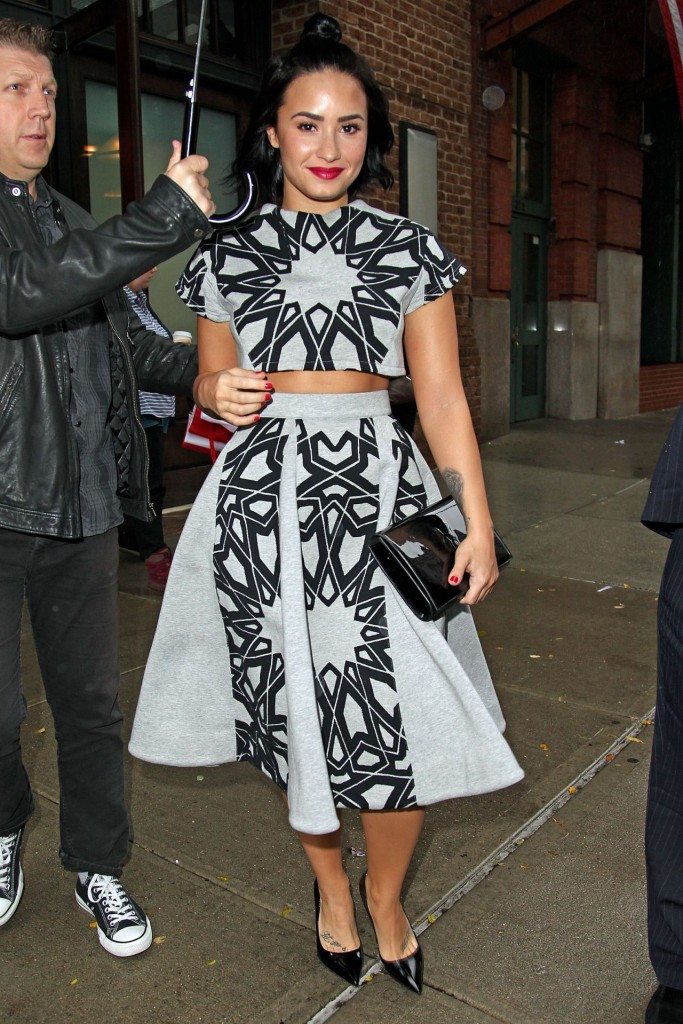 demi-lovato-leaving-her-htel-in-nyc-october-2015_11