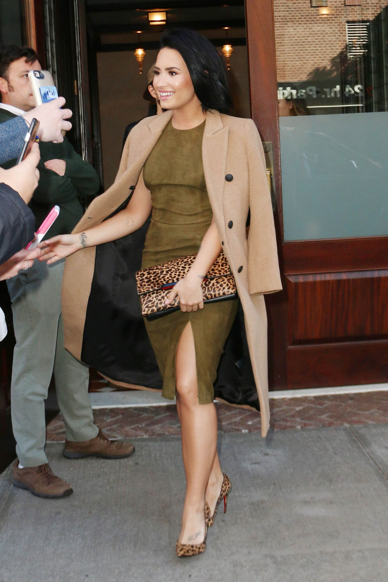 demi-lovato-leaving-the-greenwhich-hotel-in-new-york-city-october-2015_8