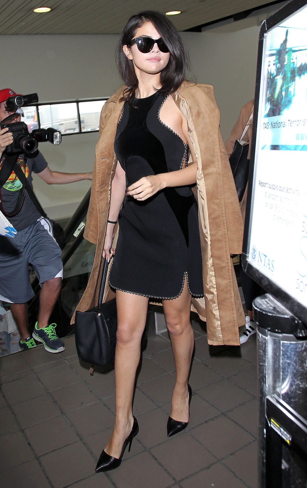 selena-gomez-arriving-at-lax-airport-in-los-angeles-october-2015_1