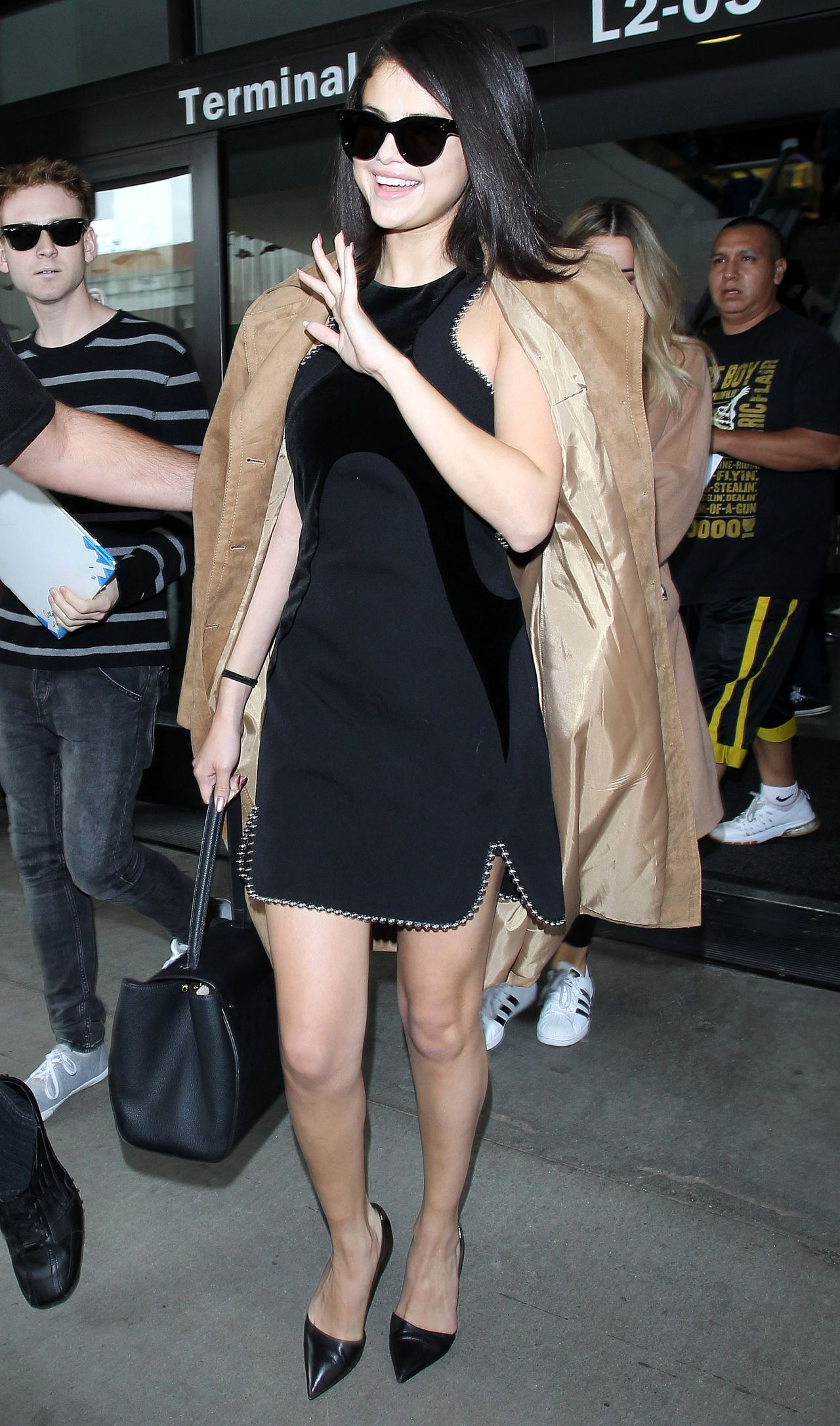 selena-gomez-arriving-at-lax-airport-in-los-angeles-october-2015_15