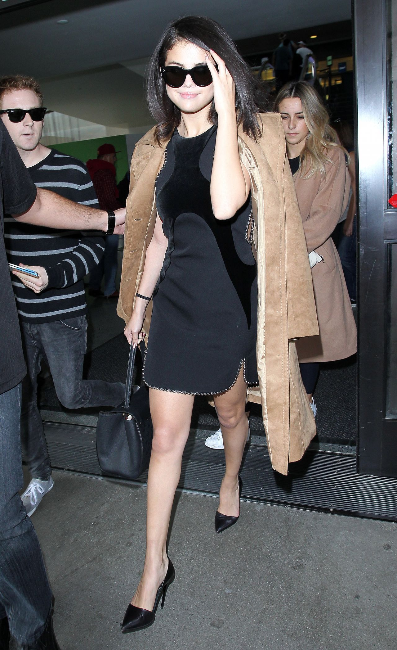 selena-gomez-arriving-at-lax-airport-in-los-angeles-october-2015_4