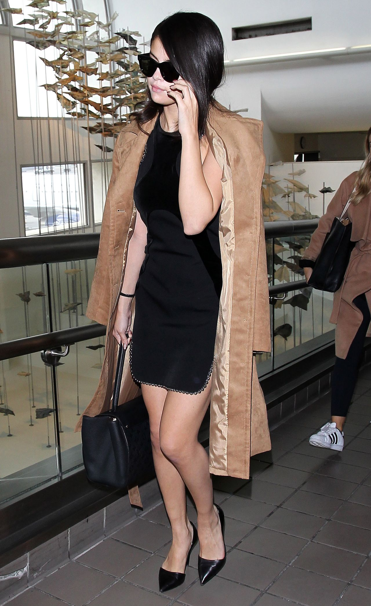 selena-gomez-arriving-at-lax-airport-in-los-angeles-october-2015_5