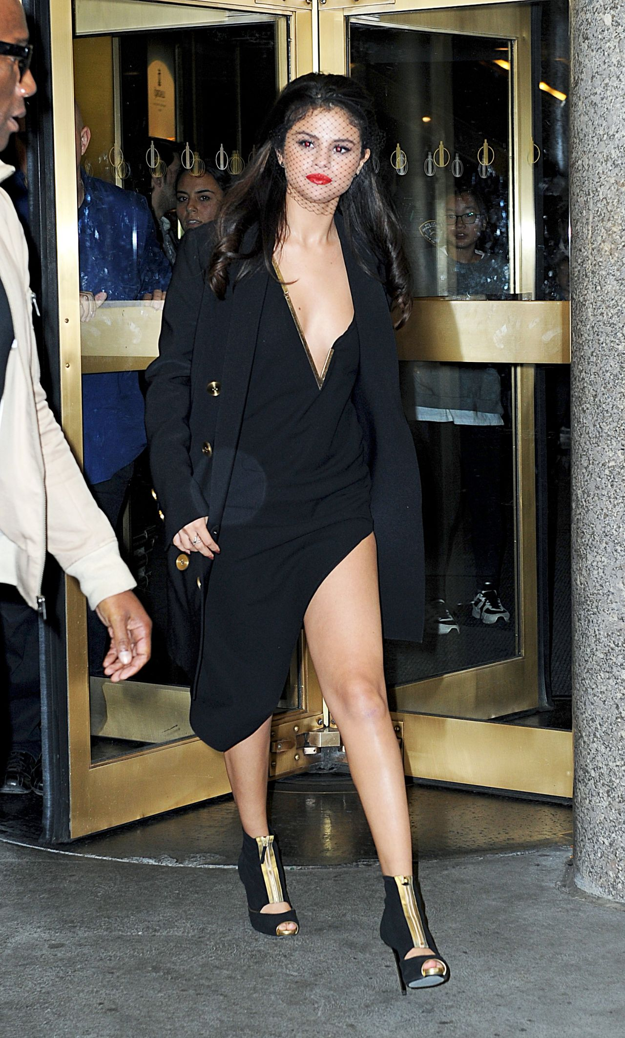 selena-gomez-leaving-the-tonight-show-studios-in-nyc-october-2015_1