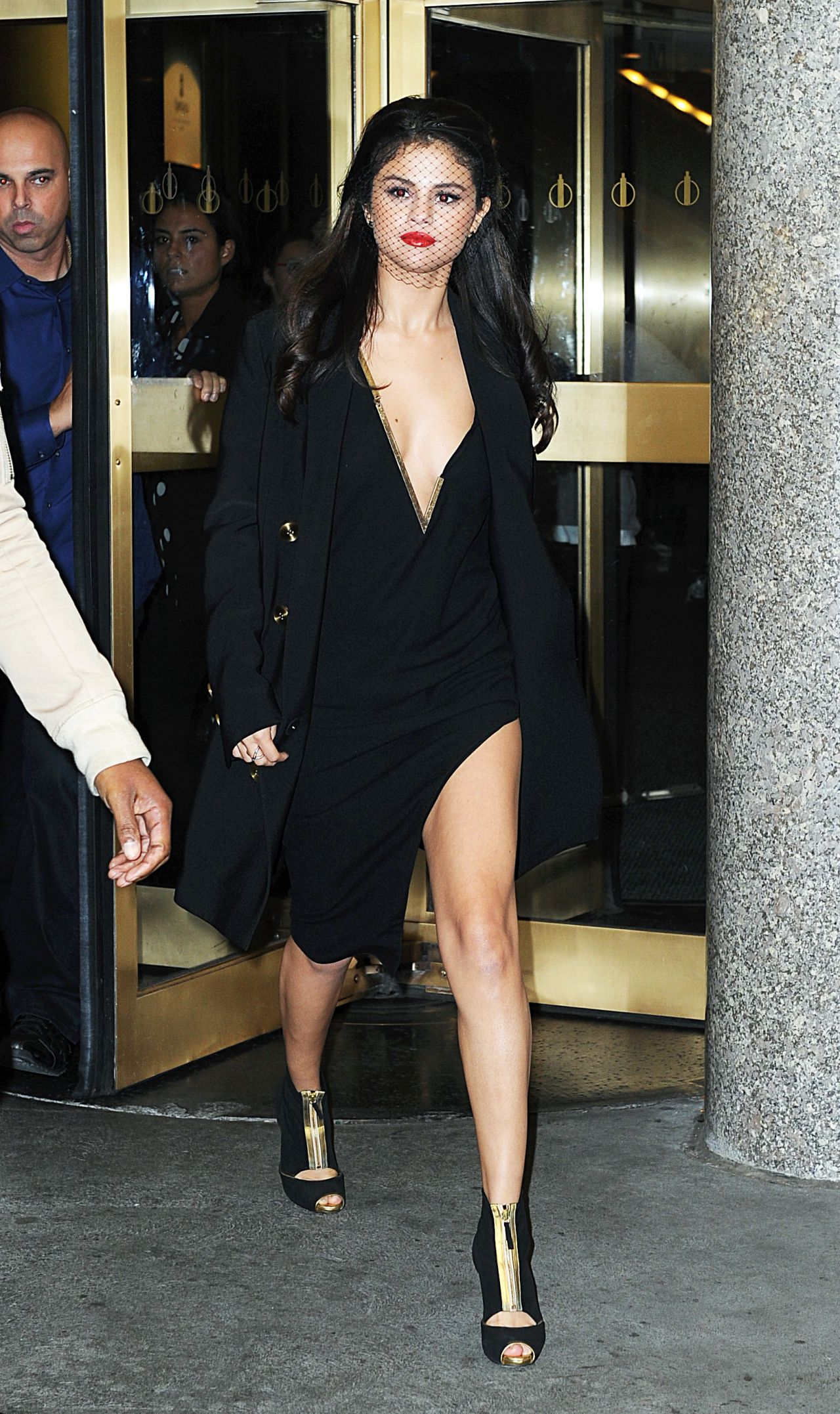 selena-gomez-leaving-the-tonight-show-studios-in-nyc-october-2015_11