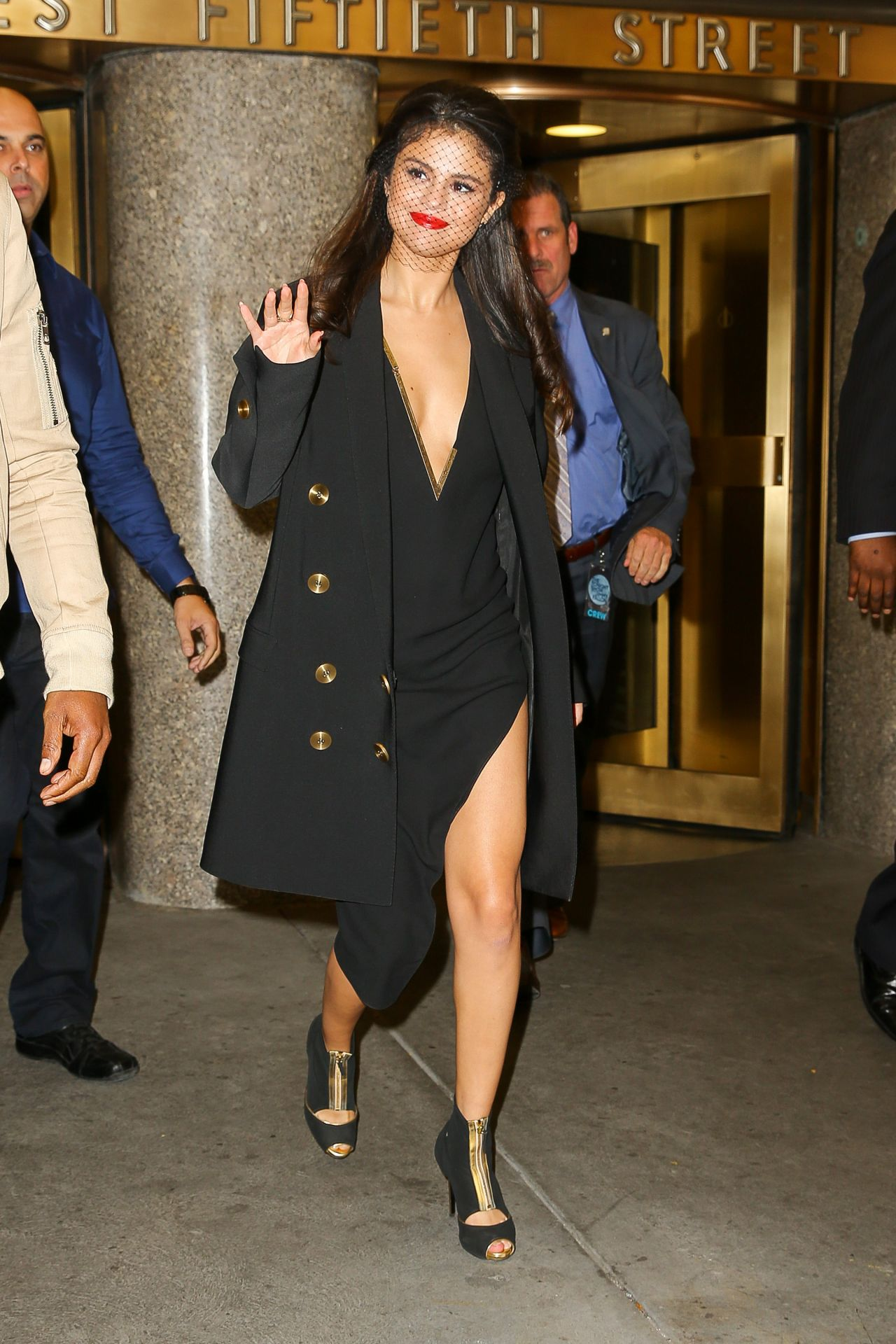 selena-gomez-leaving-the-tonight-show-studios-in-nyc-october-2015_2