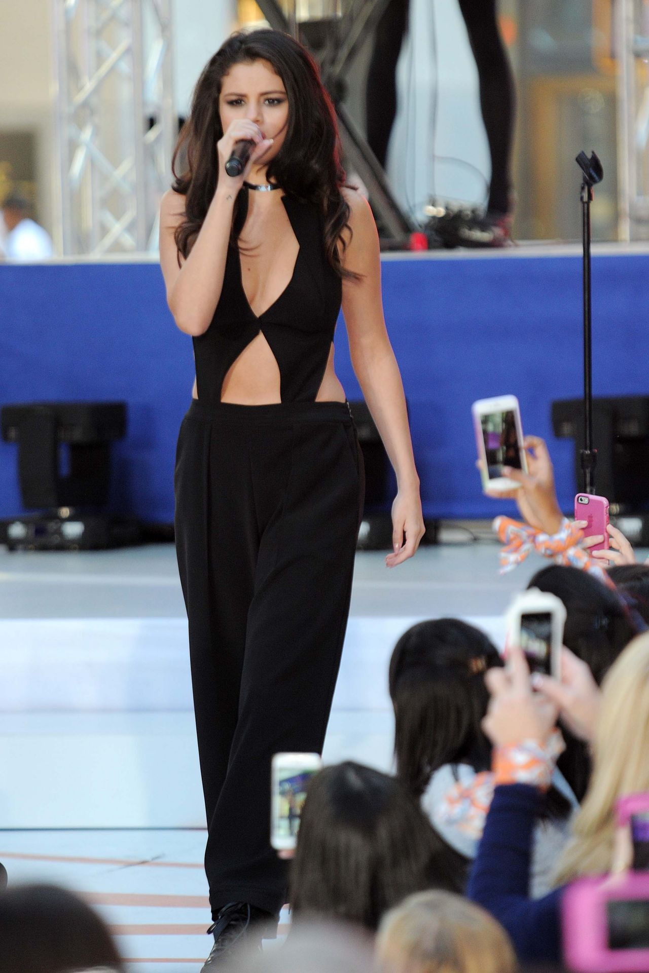 selena-gomez-performing-on-nbc-s-today-at-rockefeller-plaza-in-nyc_25