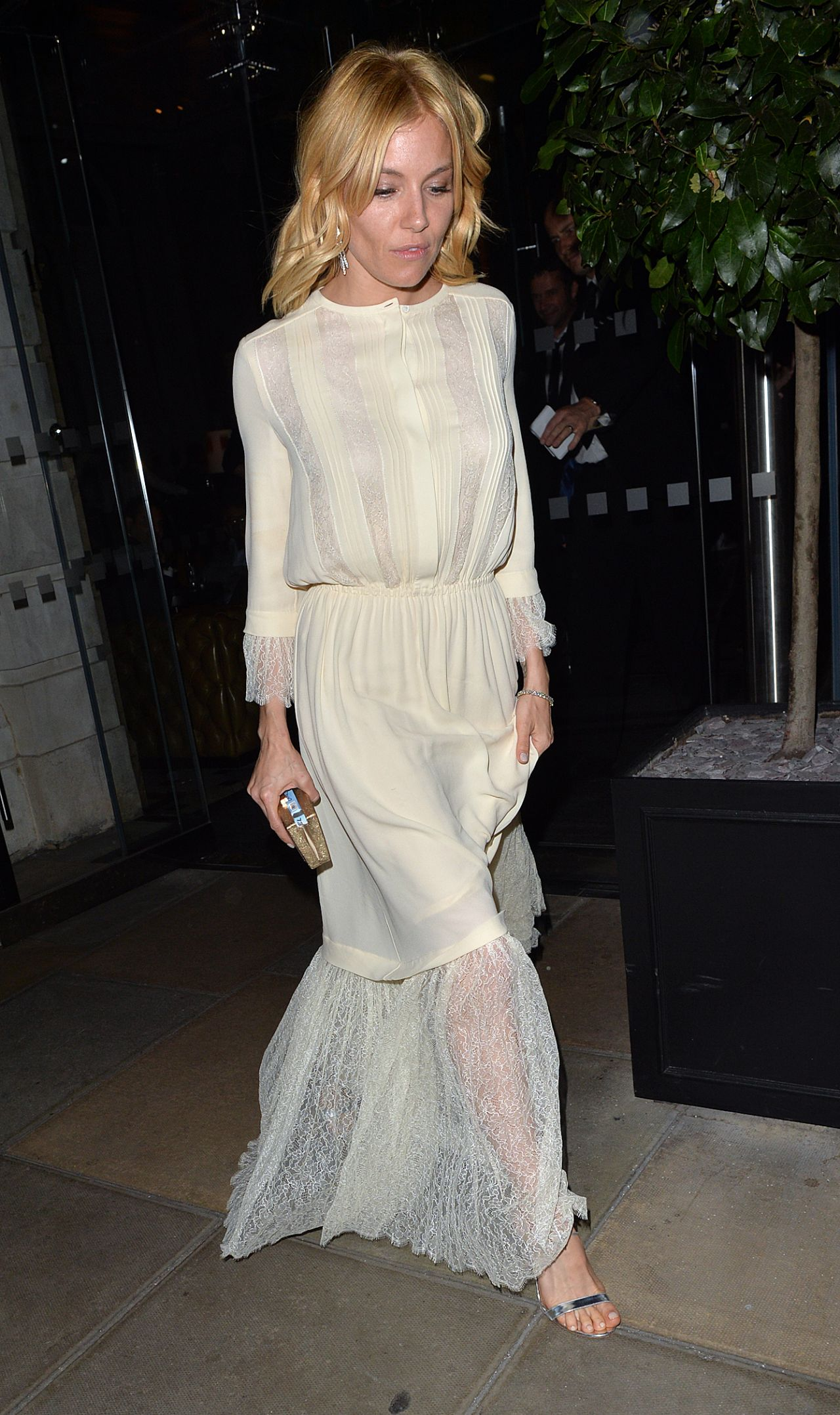 sienna-miller-out-in-london-october-2015_2-1