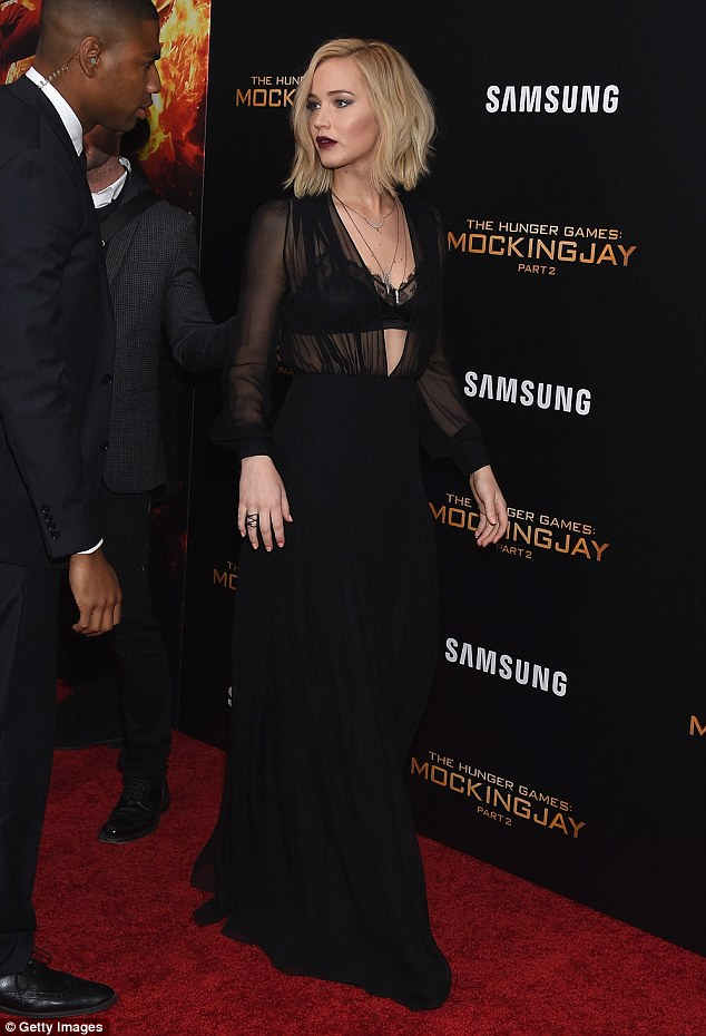 jennifer-lawrence-in-schiaparelli-couture-the-hunger-games-mockingjay-part-2-new-york-premiere