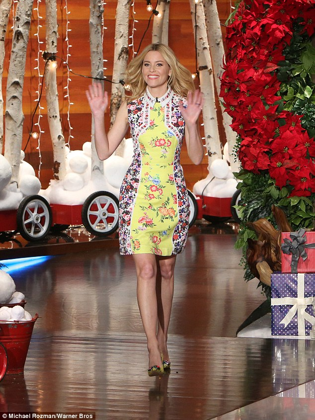 elizabeth-banks-in-mary-katrantzou-at-the-ellen-degeneres-show