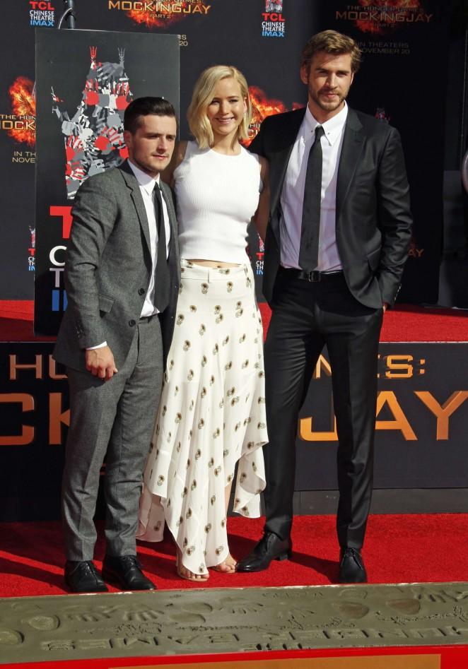 Jennifer-Lawrence--The-Hunger-Games-Imprint-Ceremony--05-662x947