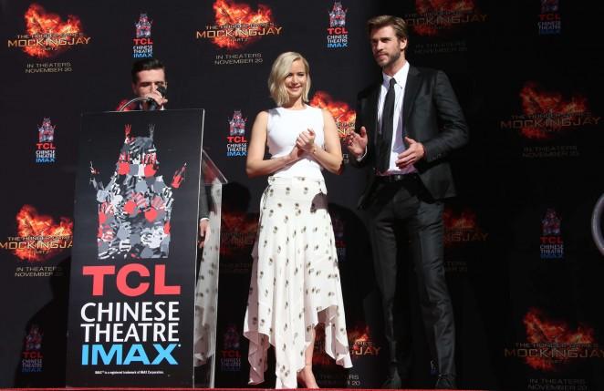 Jennifer-Lawrence--The-Hunger-Games-Imprint-Ceremony--10-662x429