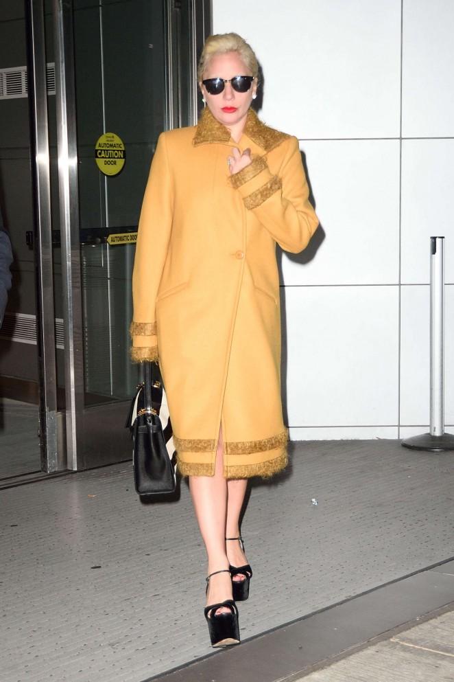 Lady-Gaga--Arriving-to-JFK--01-662x993