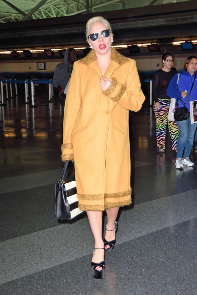 Lady-Gaga--Arriving-to-JFK--15-662x993