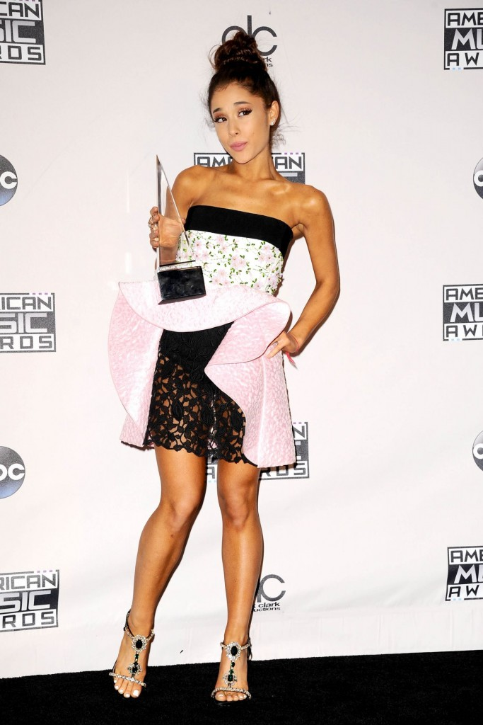 ariana-grande-2015-american-music-awards-in-los-angeles_4