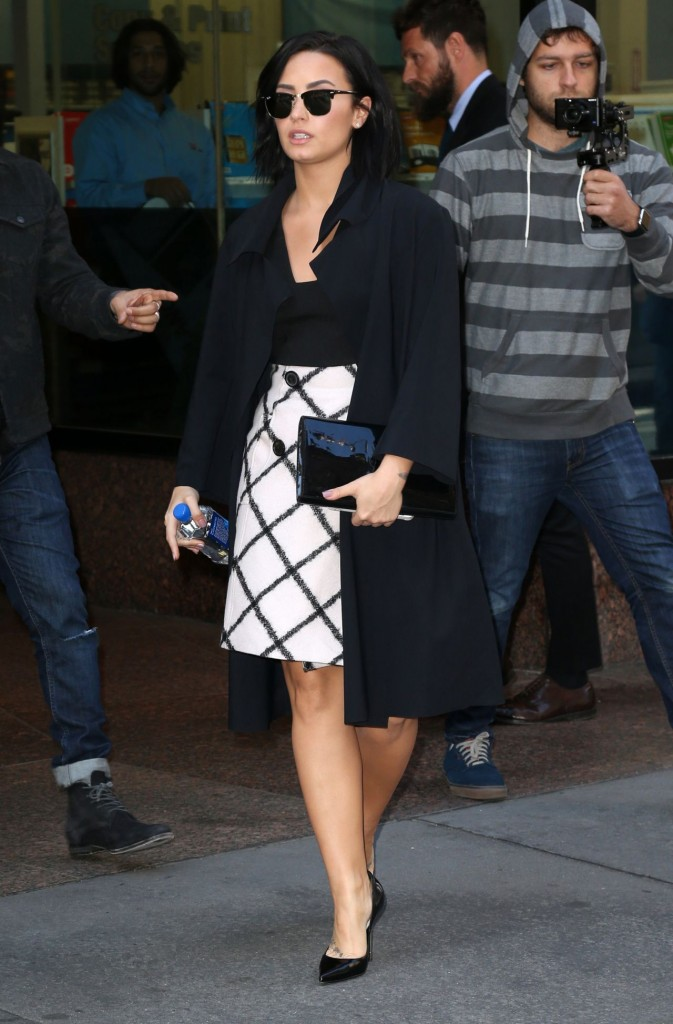 demi-lovato-arriving-at-the-gma-studios-in-new-york-city-october-2015_1
