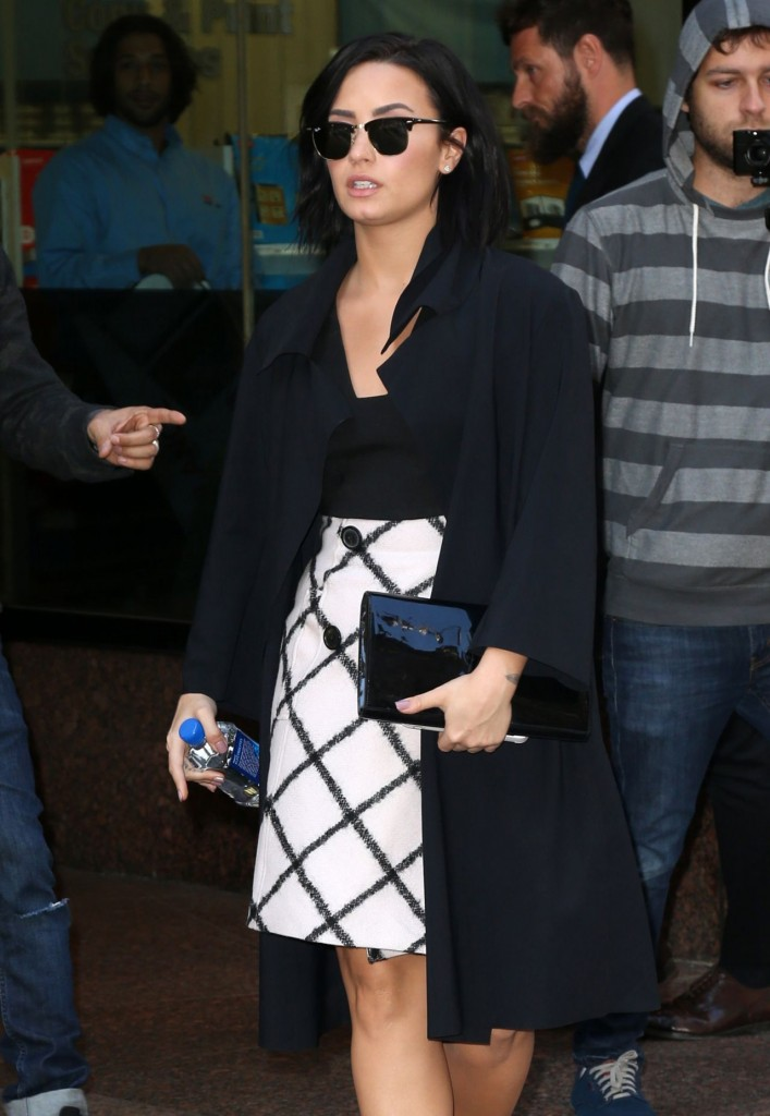 demi-lovato-arriving-at-the-gma-studios-in-new-york-city-october-2015_9-1