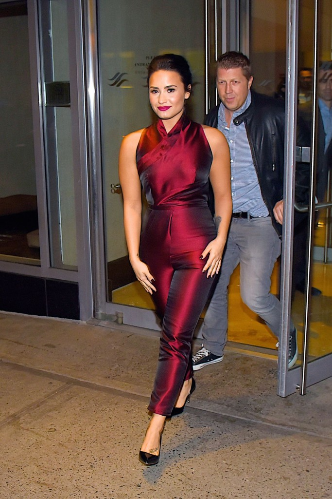 demi-lovato-leaves-hilton-hotel-in-new-york-10-25-2015_2