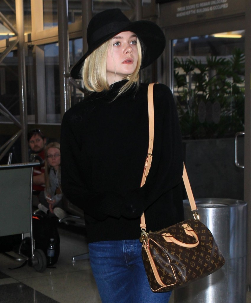 elle-fanning-can-t-stop-smiling-lax-airport-november-2015_10