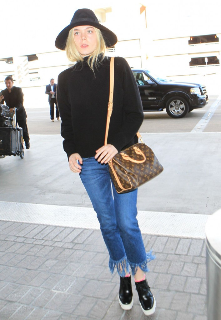 elle-fanning-can-t-stop-smiling-lax-airport-november-2015_12