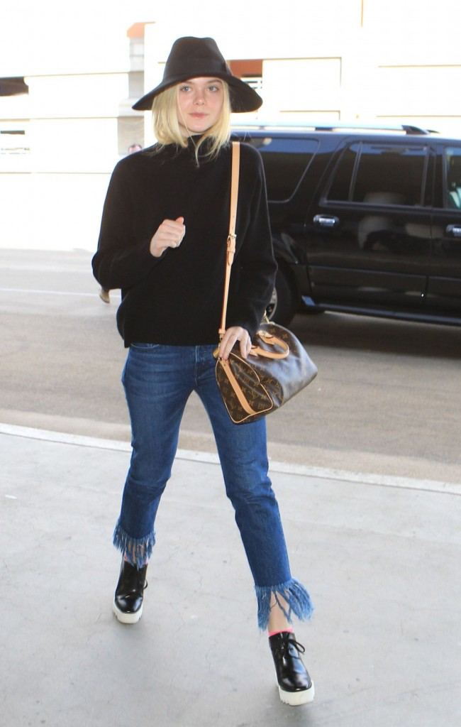 elle-fanning-can-t-stop-smiling-lax-airport-november-2015_13