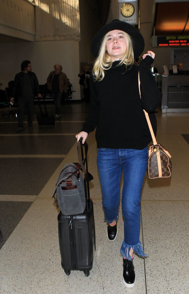 elle-fanning-can-t-stop-smiling-lax-airport-november-2015_5