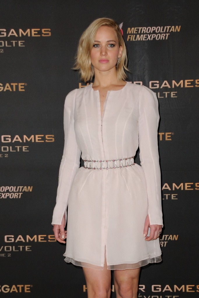 jennifer-lawrence-the-hunger-games-mockingjay-part-2-photocall-in-paris_16