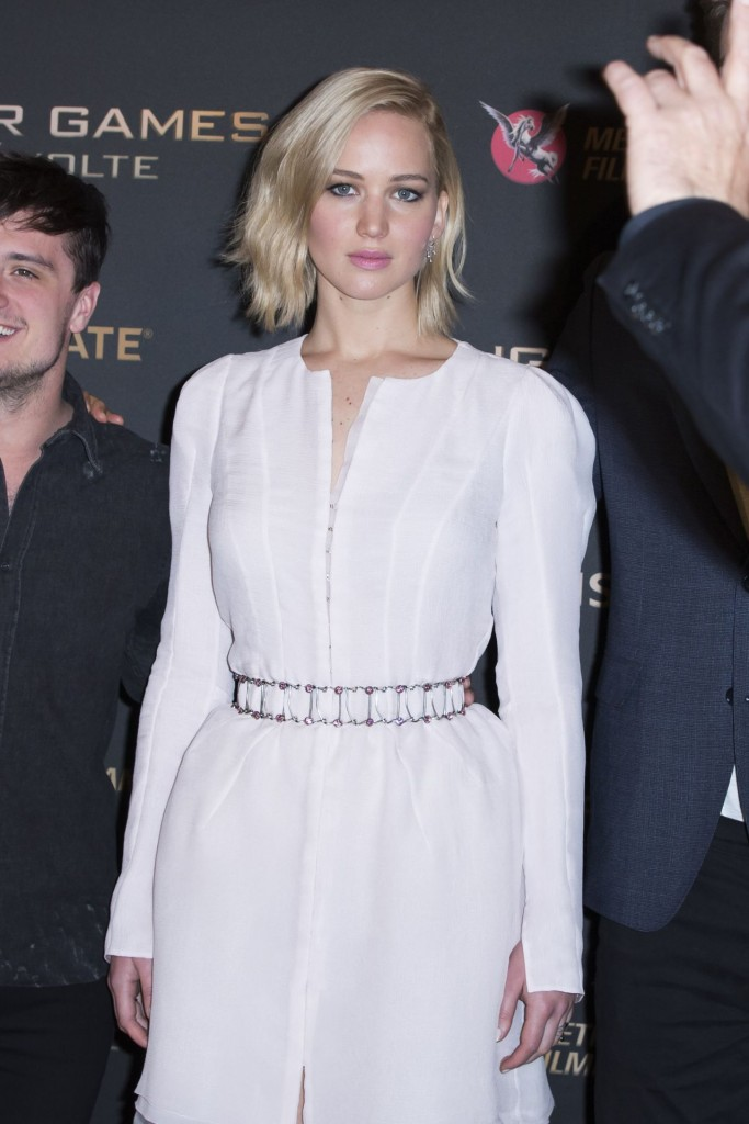 jennifer-lawrence-the-hunger-games-mockingjay-part-2-photocall-in-paris_4