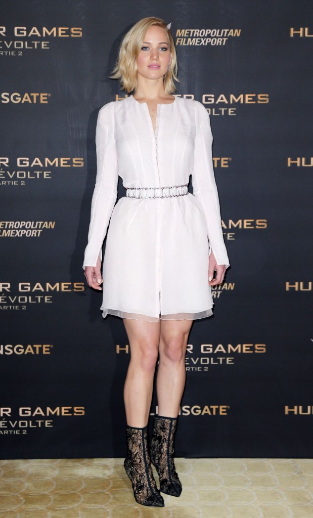 jennifer-lawrence-the-hunger-games-mockingjay-part-2-photocall-in-paris_8
