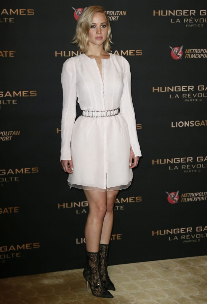 jennifer-lawrence-the-hunger-games-mockingjay-part-2-photocall-in-paris_9