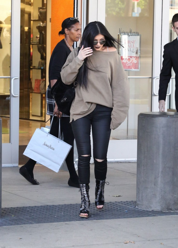 kylie-jenner-casual-style-shopping-spree-and-new-rolls-royce-november-2015_1
