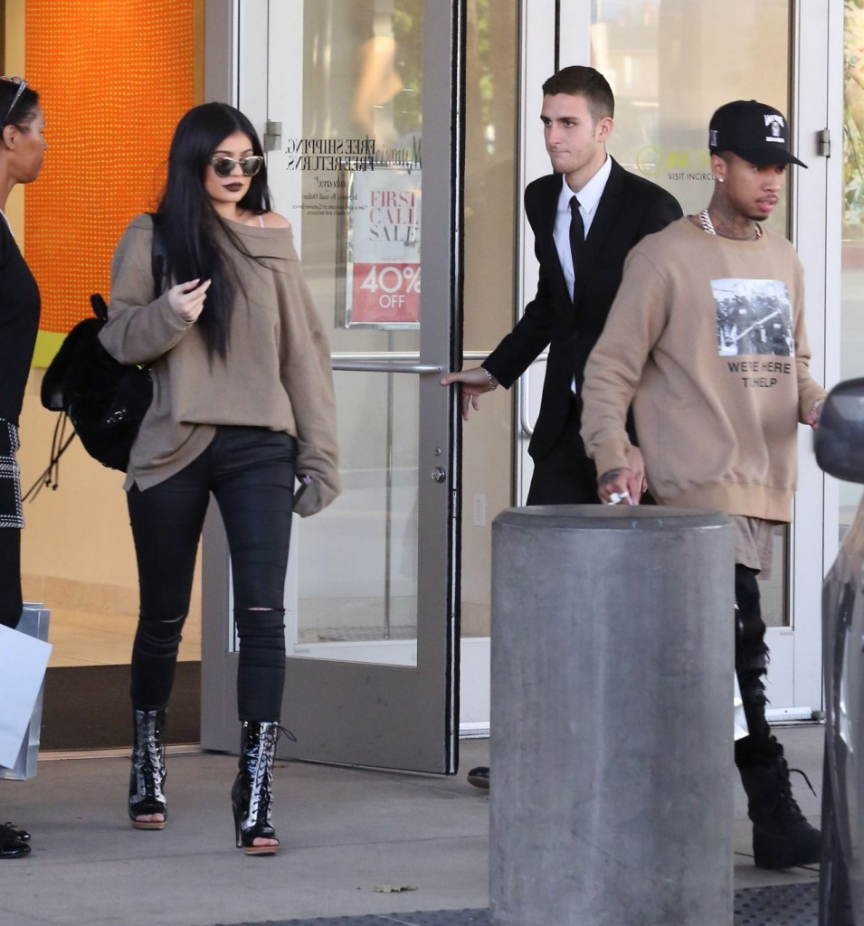 kylie-jenner-casual-style-shopping-spree-and-new-rolls-royce-november-2015_11