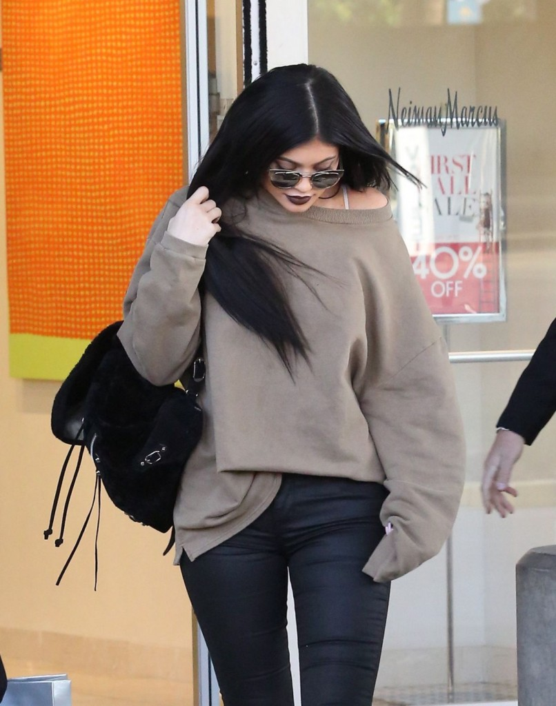 kylie-jenner-casual-style-shopping-spree-and-new-rolls-royce-november-2015_5