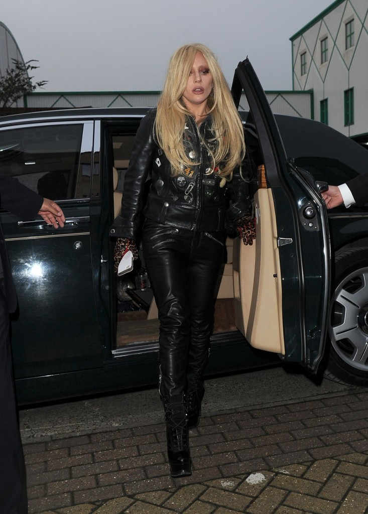 lady-gaga-in-leather-outfit-arrives-at-a-recording-studio-in-north-london-november-2015_7